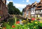 قنوات وجسور وأزهار وأبنية قديمة في ممدينة كولمار الفرنسية