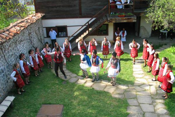 رقصات بالزي التقليدي البلغاري