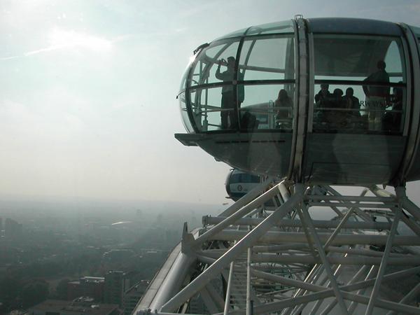 """شاهد لندن والتقط الصور التذكارية من داخل """"عين لندن"""""""
