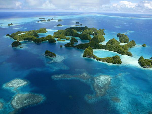 صورة جوية لجانب من جزر بالاو الصخرية