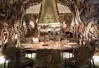 صورة للمطعم العصري داخل الفندق والتي تغطي جدرانه القصاصات الخشبية
