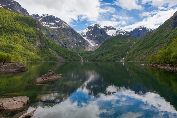 بحيرات عديدة ناتجة من ذوبان الثلوج
