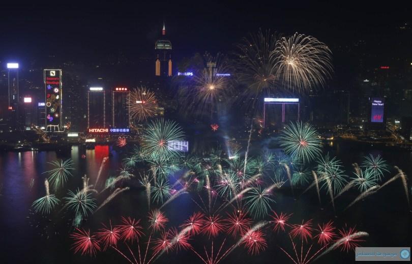 الألعاب النارية تنفجر في مركز للمؤتمرات والمعارض هونغ كونغ على ميناء فيكتوريا خلال احتفالات السنة الجديدة في هونغ كونغ