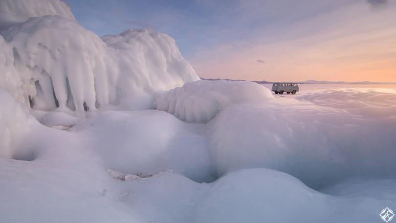 سيبيريا-بحيرة-بايكال-التماثيل-الجليدية-ثلوج-منتصف-الشتاء