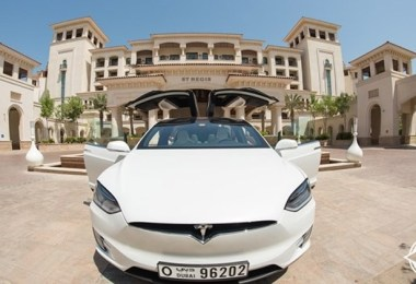 منتجع سانت ريجيس السعديات يطلق محطات شحن مجانية للسيارات الكهربائية