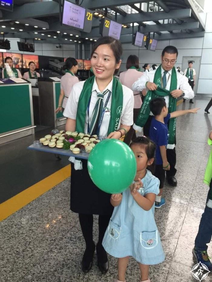 احتفال لمسافري الخطوط السعودية في مطار قوانجو الصيني بمناسبة اليوم الوطني