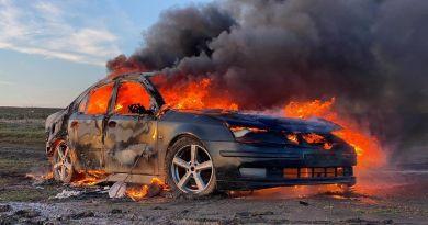 """Un """"influencer"""" din Moldova și-a incendiat mașina pentru a fi mai popular"""