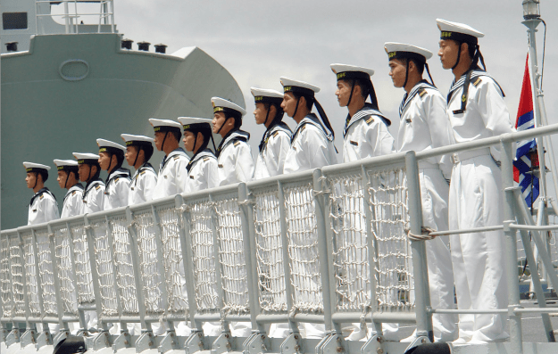 hinese Sailors man the rails aboard the destroyer Qingdao (DDG 113) as they arrive in Pearl Harbor. US Navy Photo