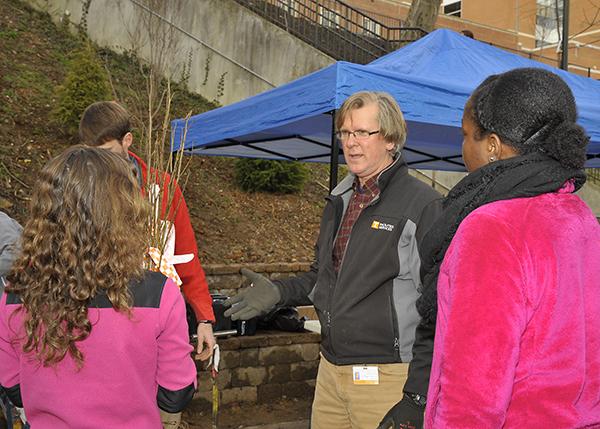 Arborist Sam Adams talks with volunteers.