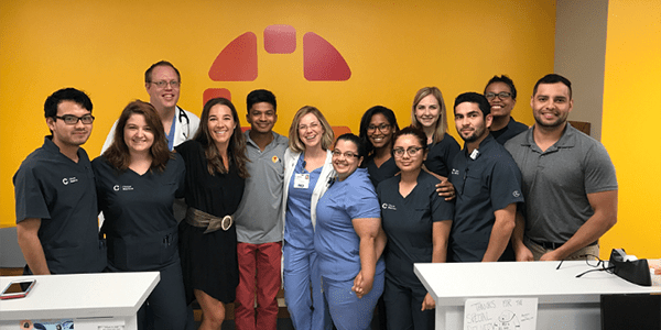 Image of Kelly Arnold and Clínica Médicos staff.
