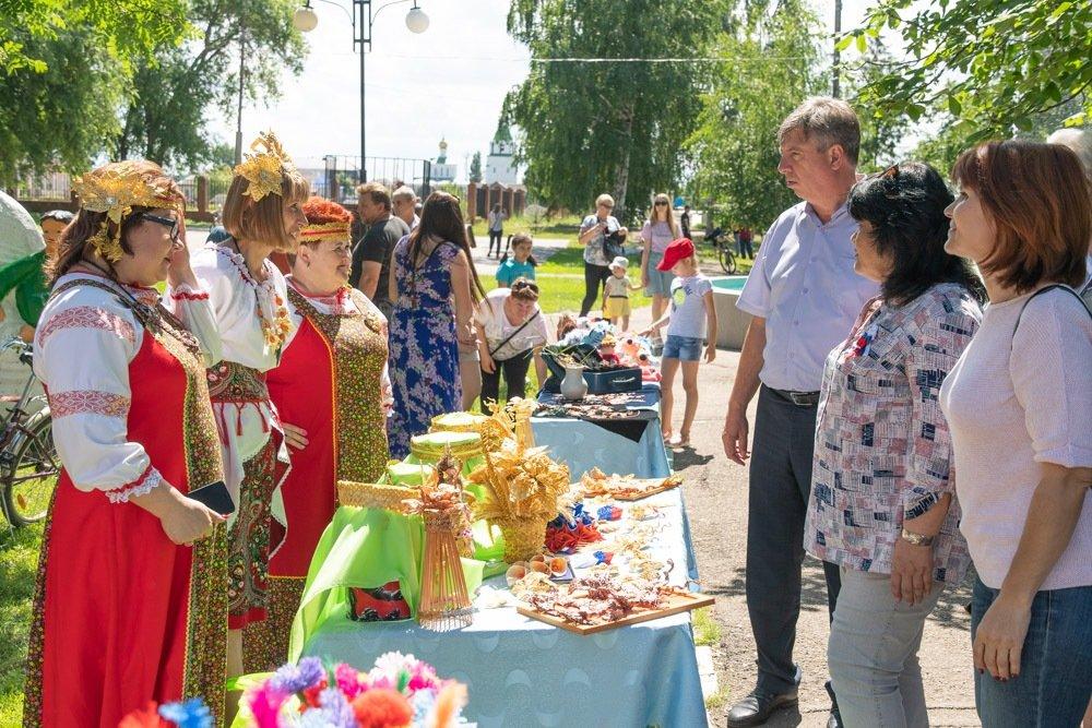 городской парк в марксе - день россии