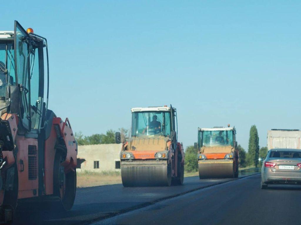 Завершается укладка асфальта на трассе между селами Орловское и Ястребовка