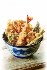 真鯛の上品な味わいが楽しめる「真鯛といかかき揚げ天丼」(830円)など季節限定メニューを6月4日(木)より発売