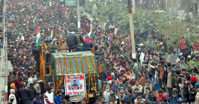 indian army soldier martyred at LOC, people throng to see his body