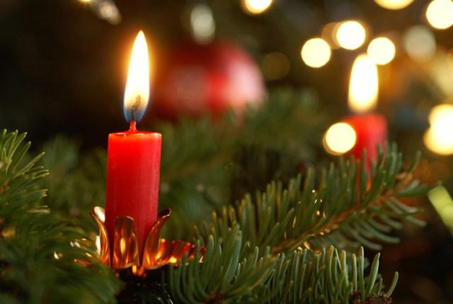 Weihnachtsbaum Kerze: Achten Sie darauf, dass Ihr Christbaum nicht in Brand gesetzt wird