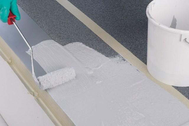 Satte Vorlage des Abdichtungsharzes 1K-Flachdachdicht Pro (2 kg/m²) mit Pinsel oder Rolle.
