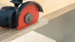 Hartmetall-Trennscheibe schneidet Spanplatte