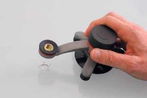 Den Werkzeughalter über der Schadstelle befestigen.