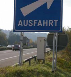 Montage von Wegweisern und Schildern