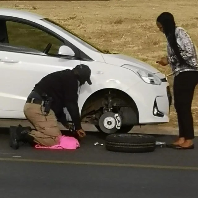 JMPD officer change Tyre