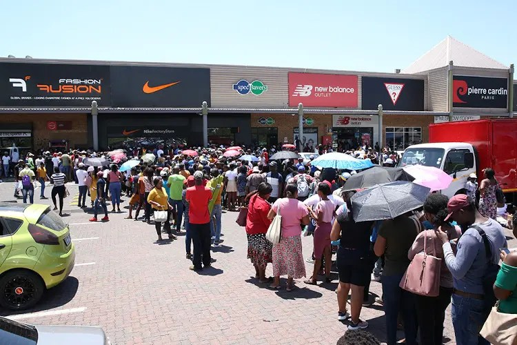 vóleibol ilegal Individualidad  Chaos by #BlackFriday crowd outside Nike Factory Store – Watch |  News365.co.za