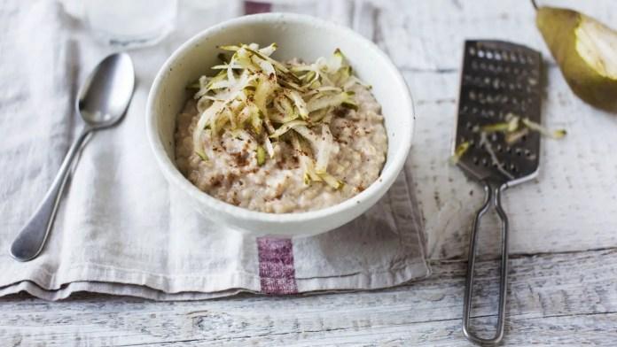 Cinnamon porridge with grated pear