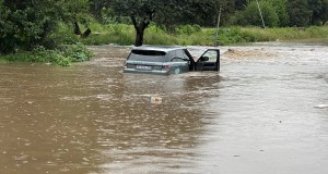 Range Rover trapped in floodwaters in Centurion