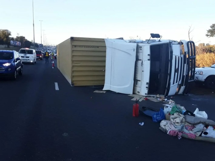 Truck rollover causes morning traffic chaos