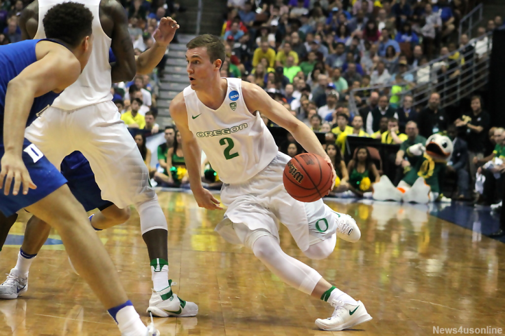 Oregon guard Casey Benson drives to the basket against Duke in the Sweet 16.