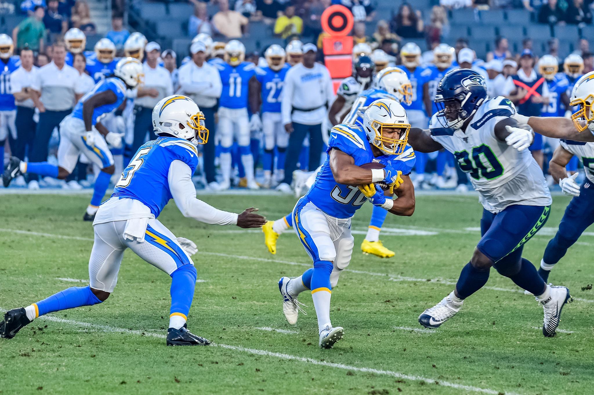 © Mark Hammond/News4usonline - Aug. 24, 2019 - Seahawks vs. Chargers - Chargers quarterback Tyrod Taylor (5) hands off to running back Austin Ekeler.