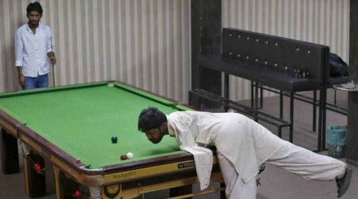No arms, no issue for Pakistan snooker player Mohammad Ikram