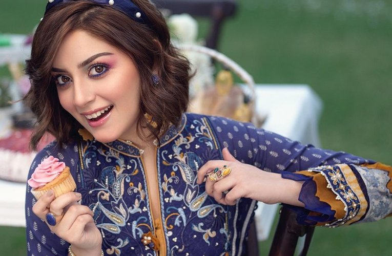 Alizeh Shah is Chilling at the Fullest During Her Makeup Session – Video!