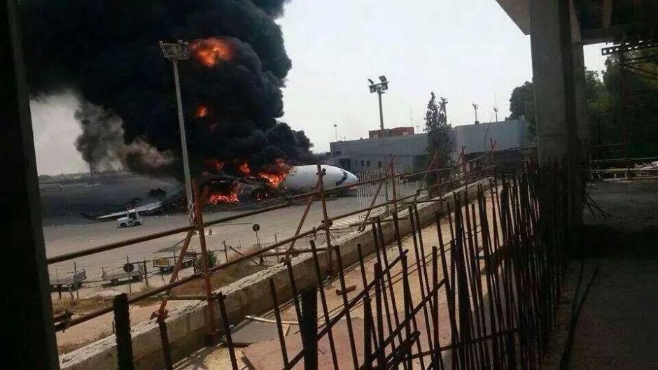 A330-200 Afriqiyah Tripoli jul2014_02 - bombardeamentos Aeroporto