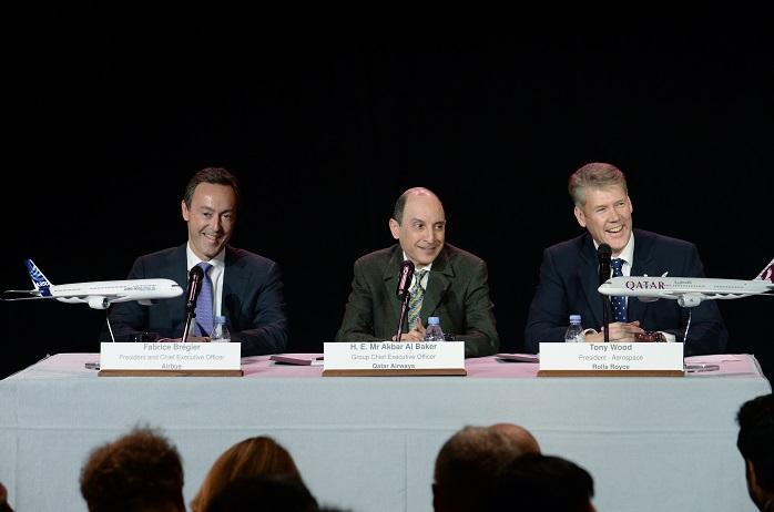 Da esquerda para a direita: Fabrice Brégier, Akbar Al Baker e Tony Word, presidentes executivos da Airbus, Qatar Airways e Rolls-Royce, respectivamente