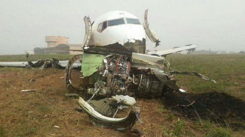 A imagem mostra o motor que se separou da asa direita imobilizado frente à fuselagem do Boeing, cujos três de aterragem também quebraram no impacto com o solo.
