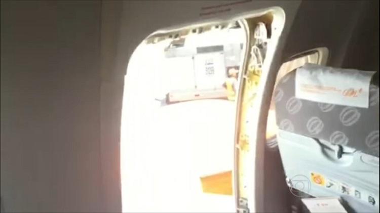 Uma das portas de emergência do Boeing 737-700 da GOL abertas pelos passageiros para o ar poder circular dentro do avião. (Foto Rede Globo)