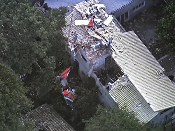 Os destroços do helicóptero sobre uma das casas atingidas na queda. Imagem da GloboNews