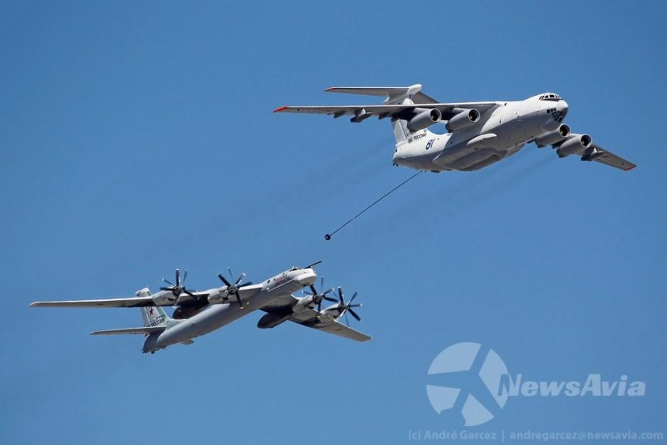 Simulação de reabastecimento aéreo de um Ilyushin Il-78M com Tupolev Tu-95MS.