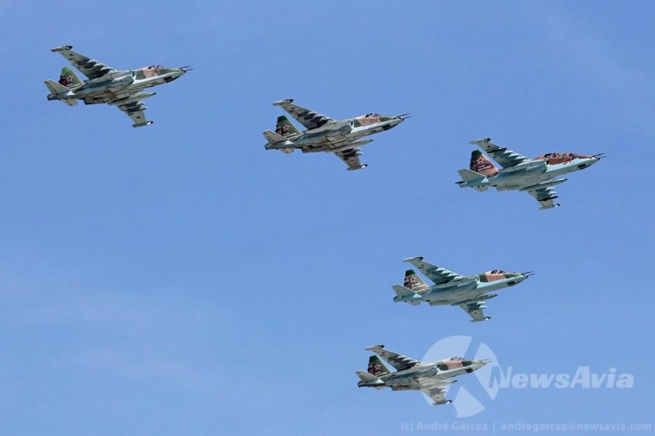 Formação de Sukhoi Su-25 liderados por uma versão bilugar de treino.
