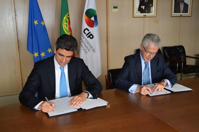 Rodrigo Rosa, presidente do Conselho de Administração e CEO da OGMA, e António Saraiva, presidente da CIP, quando assinava o documento de adesão.