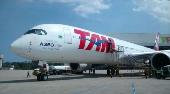 Esta imagem te de curioso o fato da aeronave ter sido fotografada frente ao hangar da TAP M&E (Vê-se a designação à direita na foto) no Aeroporto Internacional António Carlos Jobim/Galeão, na cidade do Rio de Janeiro.
