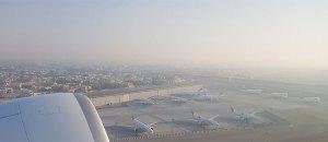 Figura 15: Frota Emirates em stands remotos vista do Boeing 77W A6-ENO ao descolar de DXB