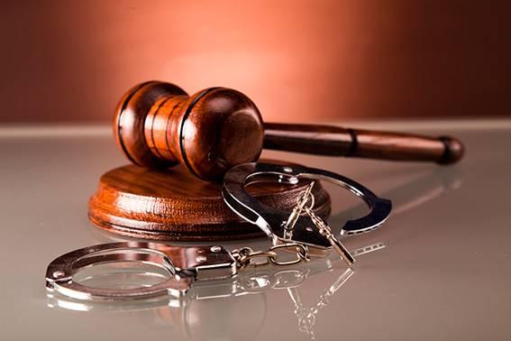 MailAvia - Martelo do juiz e algemas