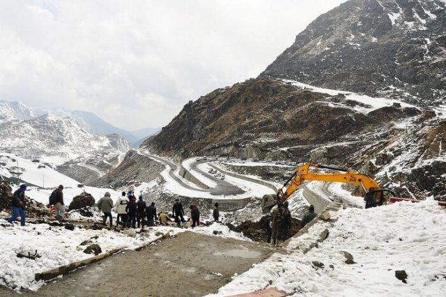 नाथुला दर्रे की जिग-जैग सड़कों से बर्फ हटाती जेसीबी