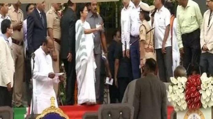 कुमारस्वामी के शपथ समारोह में भड़कीं ममता, मंच पर DGP को सुनाई खरीखोटी