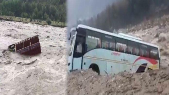 हिमाचल में बारिश से बिगड़े हालात, खिलौने की तरह ट्रक-बस बहा ले गई ब्यास नदी