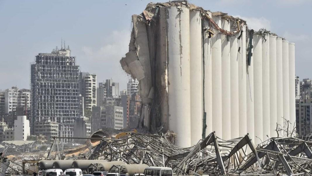 Foto: Local da explosão em Beirute que agora sofre um incêndio.