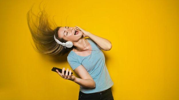 feliz ouvindo rádio