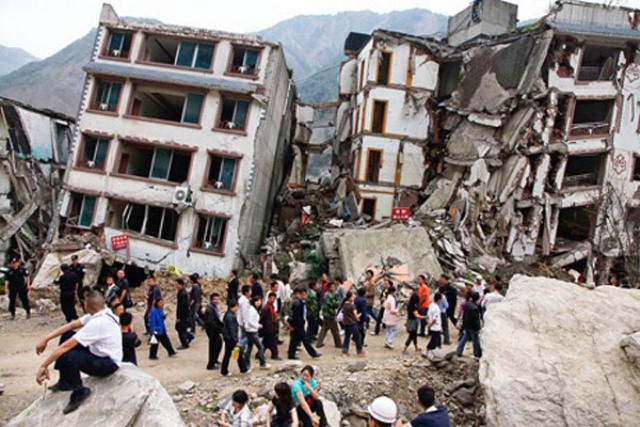 Photo taken on April 25, 2015 shows collapsed buildings after an earthquake in Kathmandu, capital of Nepal. Death toll in Nepal climbed to 711, the country's Home Ministry said Saturday afternoon, hours after a major earthquake struck the country. (Xinhua)