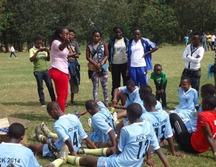 Grace Nyinawumuntu (C) briefs AS Kigali Academy players in half-time during last year's ARS game. (File)